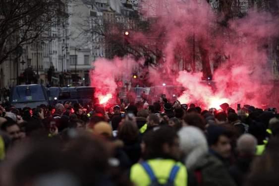Paris'teki 'Sarı Yelekliler' eyleminde 55 yaralı
