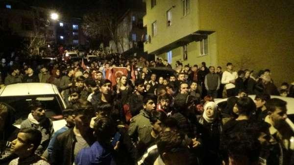 (Özel) Sancaktepe'de yüzlerce kişi şehit Emre Baysal'ın evine yürüdü