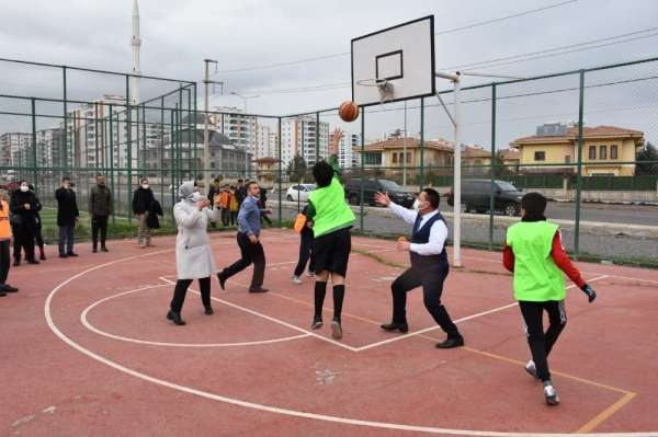 Bağlar Belediye Başkanı Beyoğlu, çocuklarla basketbol oynadı