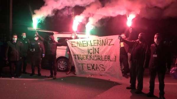 Bursaspor taraftarından polis ekiplerine meşaleli destek