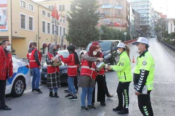 Kızılay'dan polis ekiplerine ikram