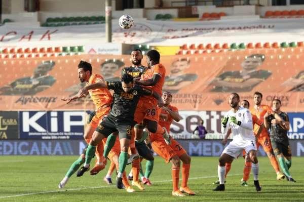 Süper Lig: Aytemiz Alanyaspor: 2 - Medipol Başakşehir: 0 (İlk yarı)