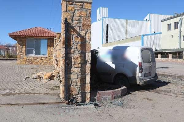 Patlayan bahçe duvarı kazanın şiddetini ortaya koydu, kaza anı güvenlik kamerasında