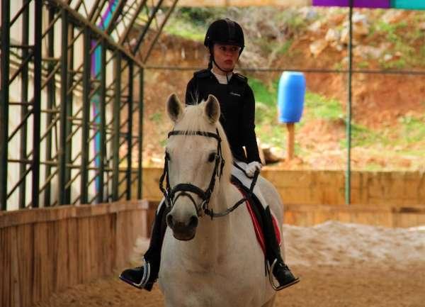 Türkiye'nin tek para at terbiyesi kadın sporcusu, azmiyle imkansızı başarıyor