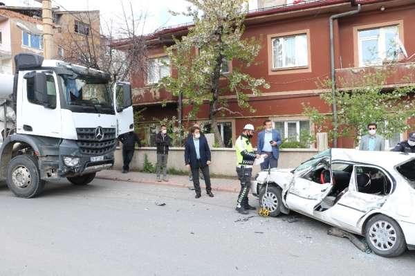 Beton mikseriyle otomobilin çarpıştığı kazada baba ve oğlu yaralandı
