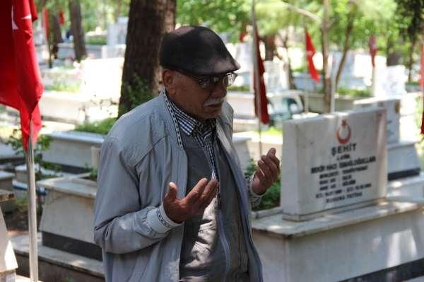 Başkan Özcan, şehit babasını makam aracıyla oğlunun kabrine götürdü