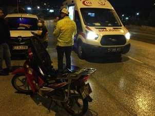 Ehliyetsiz sürücü arkasına 'Hatalıyım sıkıyorsa ara' yazdığı motosikletiyle kaza