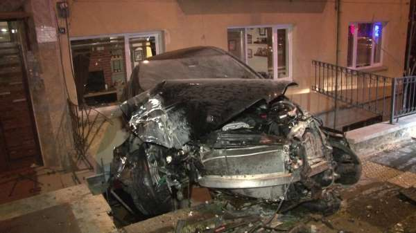 Kaza yapan otomobil bina boşluğunda asılı kaldı