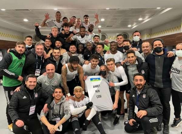 Beşiktaşlı futbolcular galibiyeti Başkan Çebi'ye armağan etti