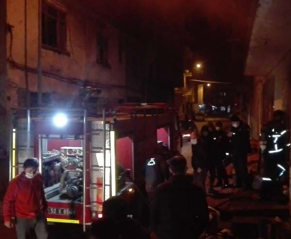 Orduda ev yangını: 2 kişi hastaneye kaldırıldı