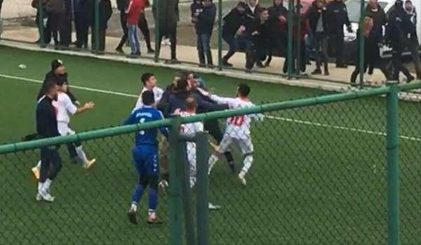 Futbol maçında tekme ve yumruklar konuştu
