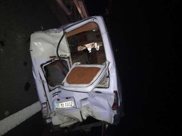 Kaçak göçmen taşıyan ticari minibüs kaza yaptı: 5'i ağır 21 yaralı