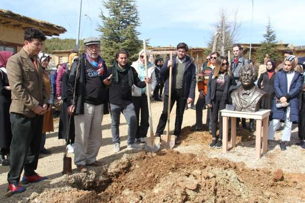 Müslüm Gürses'in ismi Şükran Köyü'nde dikilen çınar ve büstüyle yaşatılacak