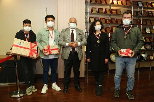 Erdemli Belediyesinin düzenlediği turnuvada şampiyonlar ödüllerini aldı