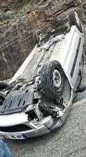 Ters dönen otomobildeki aile kazayı yara almadan atlattı