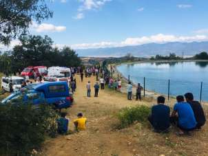 Serinlemek için gölete giren 2 genç boğuldu