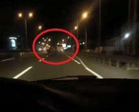 Cep telefonu ile yolda video çekerken, önündeki kazayı böyle görüntülendi