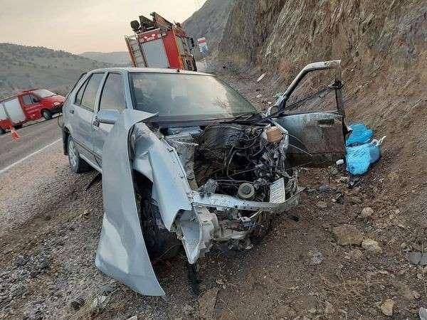 Kayalığa çarpan otomobilde 1 kişi öldü, 4 kişi yaralandı