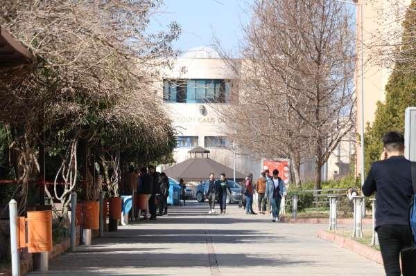 Eylem yapan üniversiteliler hasarlı binalardan kurtuldu