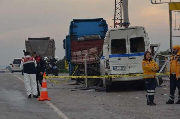 Manisa'da feci kaza: 2 ölü 8 yaralı
