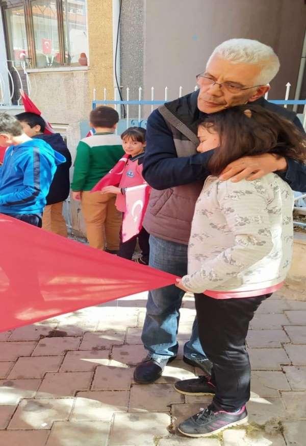 Öğrenciler 'vatan' derslerini şehit evinin önünde işledi