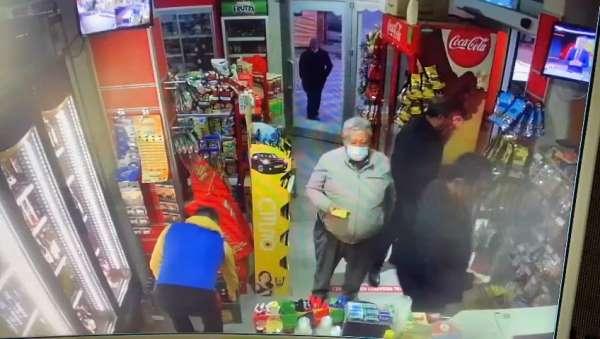 Husumetlisinin boğazına markette bıçak dayadı, dükkân sahibi ve müşteriler kurtardı