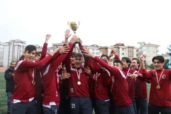 Genç Kartalsporlular şampiyonluk kupasını, Kartal Belediyesi yöneticilerinden al