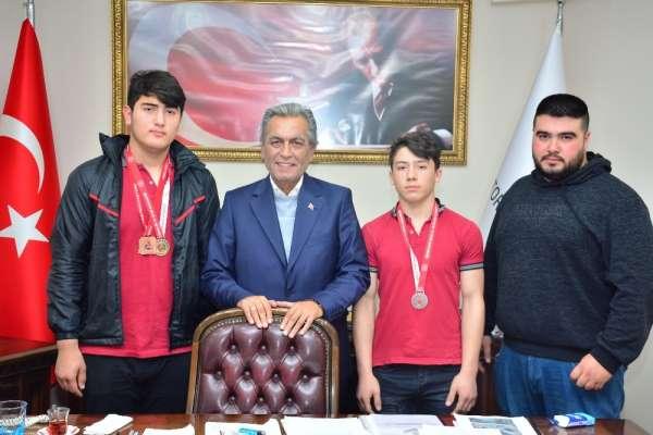 Şampiyonlar ayağının tozuyla Başkan Uygur'u ziyaret etti