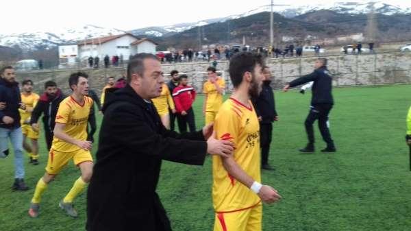 Futbolcular sahada tekme-tokat kavga etti, polis havaya ateş açtı