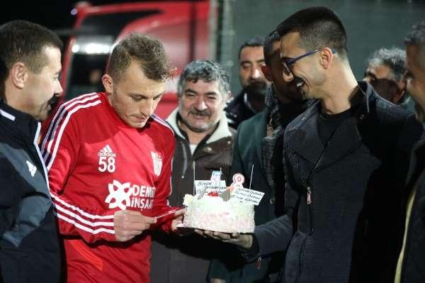 Kaptan Ziya Erdal'a sürpriz doğum günü kutlaması