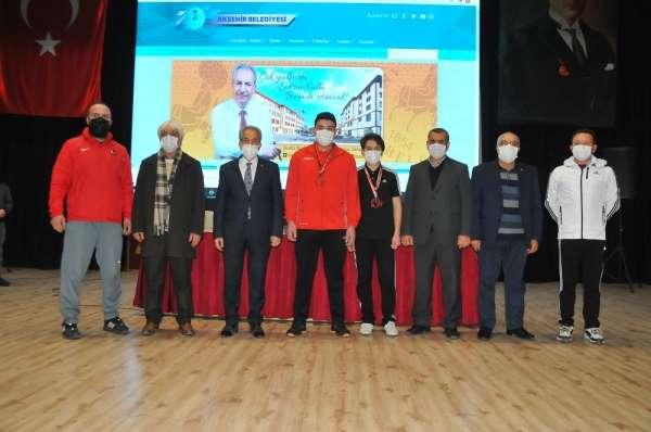 Akşehir Belediyesinden başarılı sporculara ödül