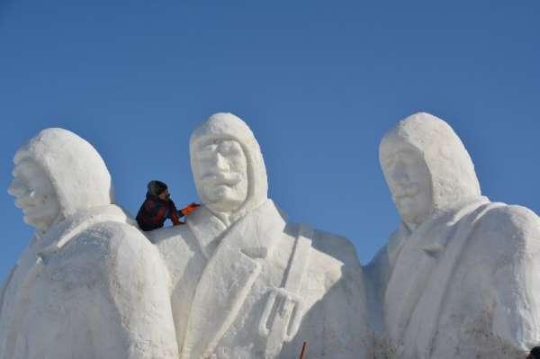 Sarıkamışta donarak şehit olan Mehmetçiklerin anısına kardan heykeller yapılıyo