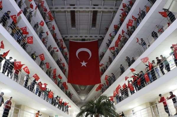Şehitler için dua edip, Türk Bayrakları ile Mehmetçiğe destek oldular