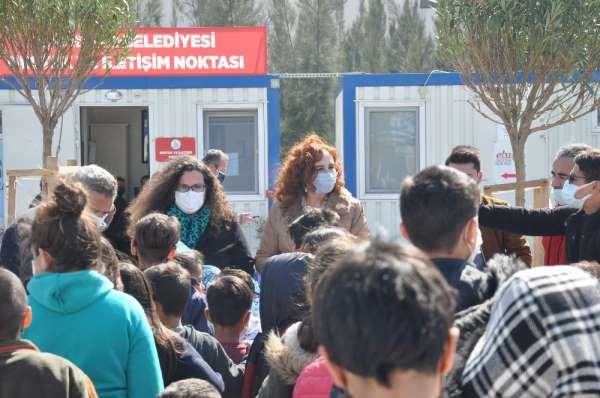 Üniversite öğrencilerinden depremzede çocuklara oyuncak
