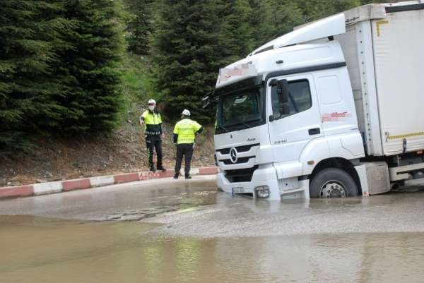 İçme suyu borusu patladı, kamyon çöken yolda saplandı