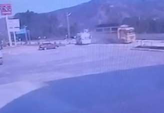 Kamyonun, minibüse çarpma anı kameralara yansıdı
