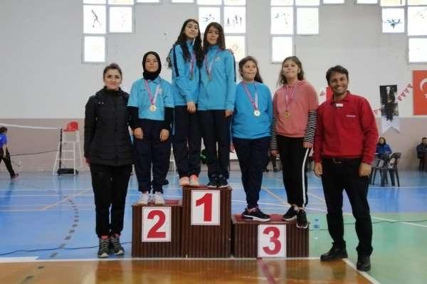 Karaman, badminton kız ve erkeklerde çeyrek finale yükseldi