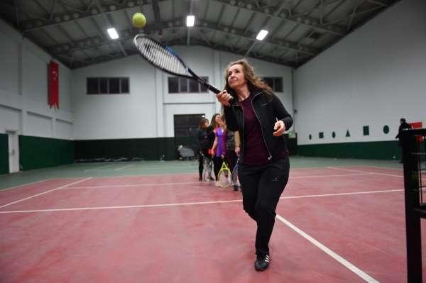 Osmangazi Belediyesi personeline kort tenisi kursu