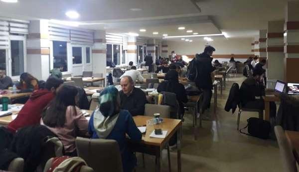 Sınavlara hazırlanan öğrencilere ders dekandan, çay ve simitler fakülteden