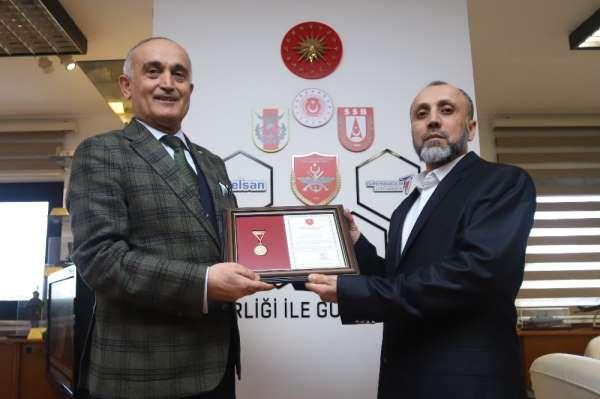 TSK Güçlendirme Vakfı'na 400 bin TL bağışta bulunan Keçiörengücü için madalya tö