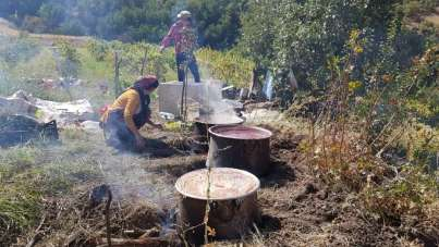 Çukurca'da doğal üzüm pekmezinin yapılmasına başlandı
