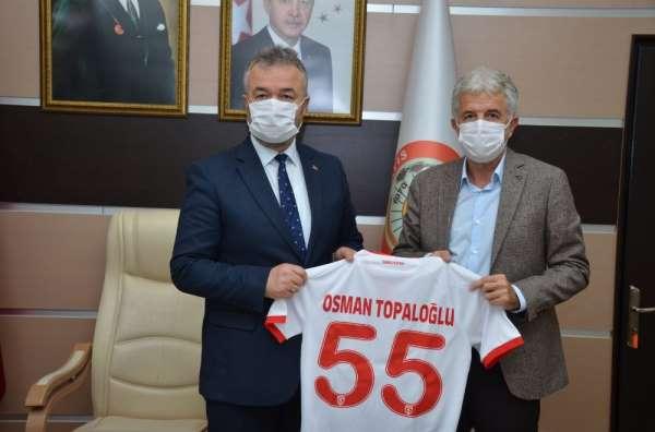 Samsunspor Futbol Akademisinden Başkan Topaloğluna forma