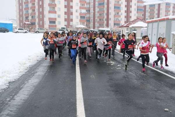 Ağrı'da okul sporları kros yarışmaları yapıldı