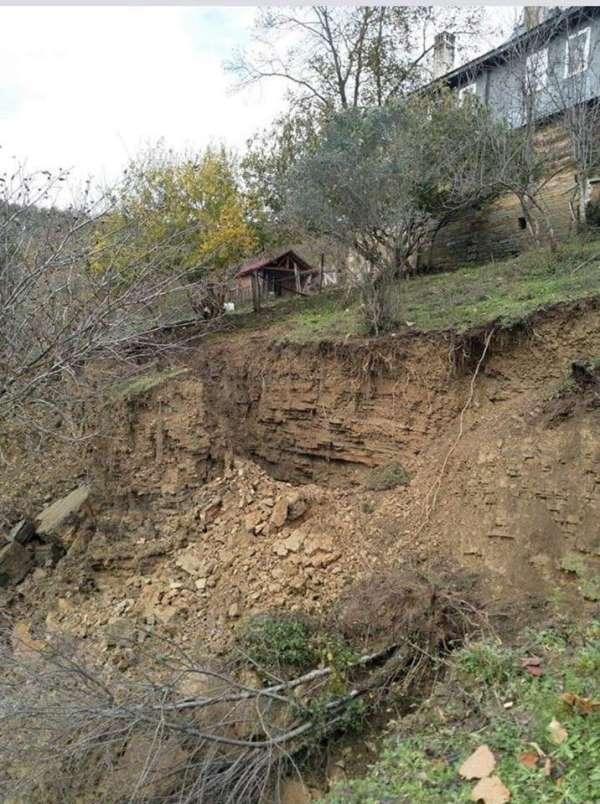 Ayancık'ta toprak kayması: 2 ev tahliye edildi