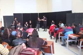 Erdemli'de üniversite öğrencilerine ücretsiz tiyatro gösterisi