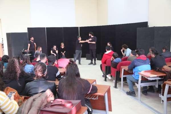 Erdemlide üniversite öğrencilerine ücretsiz tiyatro gösterisi