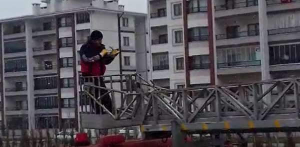 Çatıda mahsur kalan güvercini itfaiye kurtardı