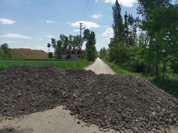 Karantinaya alınan mahallede yollar toprak yığınları ile kapatıldı