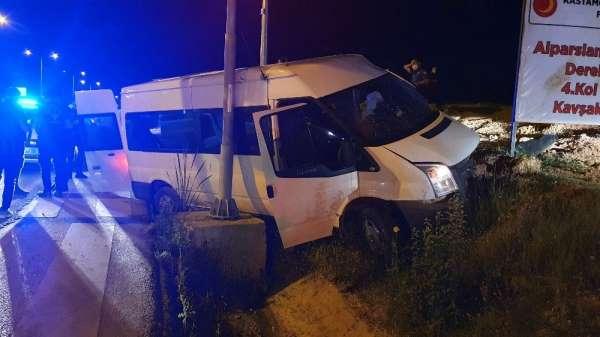 Polisin 'dur' ihtarına uymayan araç ile polis minibüsü kaza yaptı: 4 yaralı