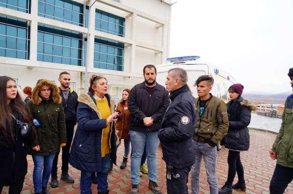 Üniversitede köpeklerin toplatılacağını duyan öğrenciler rektörlük binasını sard